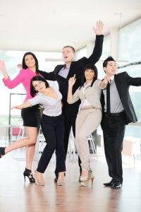 group-of-happy-cheerful-casual-businesspeople-smiling-together-and-having-fun_rfzprncni